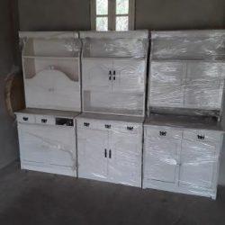 Krém színű fenyő konyhabútor